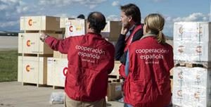 El secretario de estado de Cooperación y para Iberoamérica, Jesús Gracia, visitó las instalaciones del hangar de Ayuda Humanitaria de la Aecid en Torrejón de Ardoz para supervisar el material preparado para su envío a Ecuador.