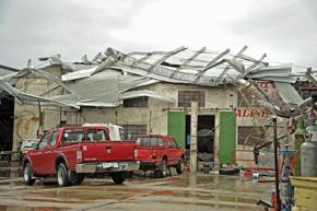 Cinco muertos y dos tercios de la ciudad de Dolores destruida al paso de un tornado.