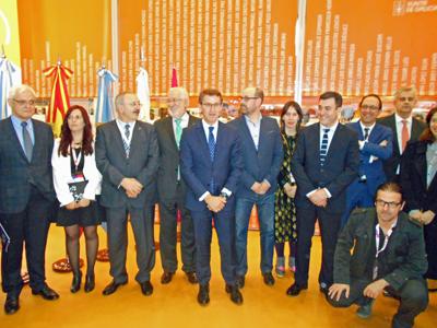 El presidente de la Xunta junto a algunos de los funcionarios y escritores que forman parte de la delegación que viajó a Buenos Aires.