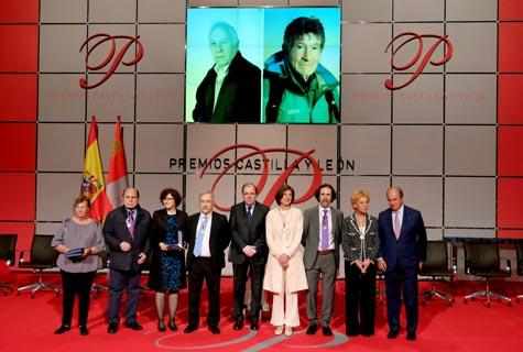 El presidente de la Junta, Juan Vicente Herrera, junto a los reconocidos con los Premios Castilla y León 2015 y en la pantalla los galardonados que no pudieron asistir a recoger su distinción.
