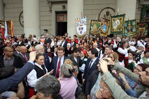 Feijóo rodeado por emigrantes gallegos en Buenos Aires.