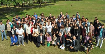 El presidente de la Xunta con los jóvenes gallegos en Montevideo.
