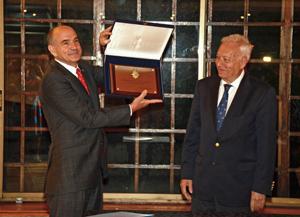 Jorge Cacho recibió el galardón de manos del ministro José Manuel García-Margallo.