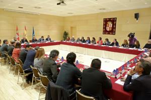 Sesión constitutiva del Consejo presidida por Rosa Valdeón con presencia de representantes de la emigración.