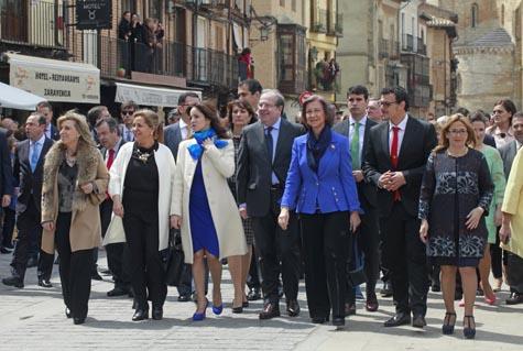 Las autoridades durante su recorrido por la localidad.