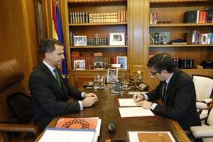 El presidente del Congreso de los Diputados, Patxi López, refrenda el Real Decreto en presencia del Rey.