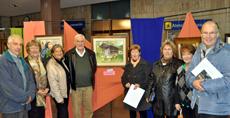 En el centro la ganadora Irma Andersen junto a su obra 'El hórreo' rodeada por los miembros de la Comisión de Cultura y otros premiados.
