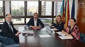 Juan Ángel Poyatos, centro, y a su derecha el representante del land Sajonia-Anhalt, durante la reunión.