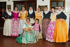 Las integrantes de los conjuntos de baile de ambas instituciones antes de la actuación.