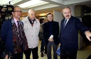 Anxo Lorenzo y Ramón Villares mostraron la exposición 'Galicia imaxinada nas revistas da emigración' a directivos de la colectividad.