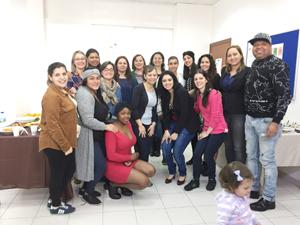 Susana López Abella (centro al fondo) con asistentes al acto de clausura.