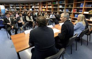 El conselleiro de Economía, Francisco Conde, con becarios del Igape.