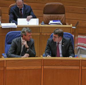 Alfonso Rueda y Alberto Núñez Feijóo dialogan durante el pleno del Parlamento de Galicia.