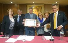 El presidente de la Fundación, José Luis García Delgado (centro), recibió el galardón.
