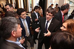 Puigdemont charlando con un grupo de catalanes en Londres.