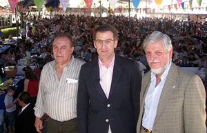 El presidente del Centro Gallego de México, Luis Piñeiro, Alberto Núñez Feijóo y el embajador español, Manuel Alabart. Al fondo las miles de personas que participaron en la fiesta campestre del 1 de mayo.