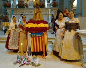 La Fallera Mayor y su corte de Honor depositaron una ofrenda floral frente a la imagen de la Mare de Deu.