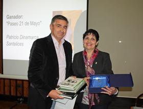 La presidenta del Lar Gallego, María Myriam López Marín, entregó el premio al ganador del Concurso de Cuento Corto 'Rosalía de Castro', Patricio Dinamarca Santelices.