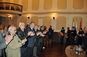 Las autoridades aplauden al finalizar el acto en el Centro Gallego.