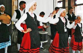 Un momento de la interpretación del Himno Asturiano.