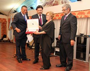 Miranda entregó la placa conmemorativa por el 65 aniversario a la esposa de Ricardo Villares, ausente por enfermedad.