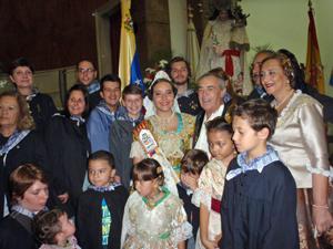 Felipe Sáez y los demás directivos de Asoval, con la fallera mayor 2016, Nicole Paseka Cano, y con los trajes típicos María Dolores Salavert y la pequeña Bárbara Acosta.
