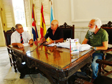 Néstor García y Felipe Cid presentaron el último poemario de Manuel Álvarez.