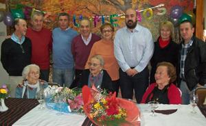 Amparo Porris en el centro sentada rodeada por familiares, dirigentes de la colectividad y el cónsul español.