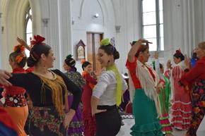 Sevillanas durante la misa celebrada en honor de la Virgen del Rocío.