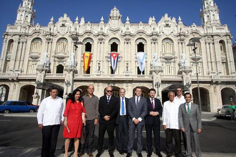 El presidente de la Xunta, Alberto Núñez Feijóo, con el resto de autoridades asistentes a la inauguración del Consello de Comunidades Galegas ante el histórico palacio del Centro Gallego de La Habana.