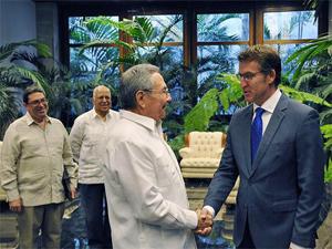 Raúl Castro saluda a Alberto Núñez Feijóo.