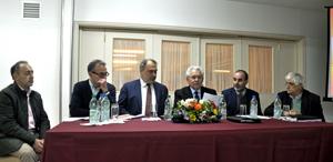 La presidencia de la Asamblea del Hogar, con el embajador Roberto Varela (tercero izq.) y a su izquierda el presidente de la entidad, Ángel Domínguez.