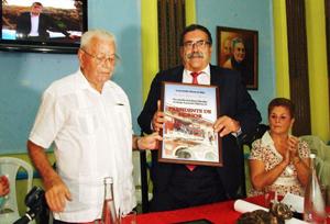 Carmelo González (izq.) entregó el reconocimiento como 'Presidente de Honor' al viceconsejero Pedro Rodríguez.