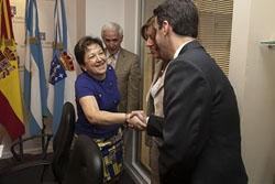 La conselleira de Sanidade, Pilar Farjas, con trabajadores del Hospital del Centro Gallego de Buenos Aires en la visita que realizó a la capital argentina el pasado mes de enero.