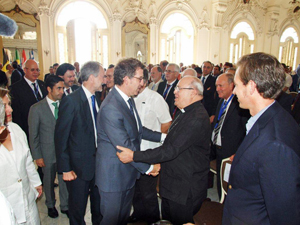 Feijóo saludando al cardenal Jaime Ortega durante la Inauguración del Consello.