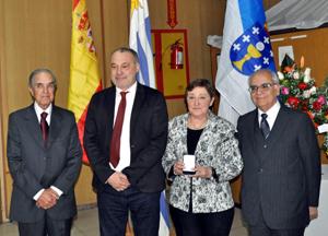 Carmen Díaz posa junto al embajador y directivos del Patronato.
