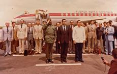 Fidel Castro, Adolfo Suárez y Raúl Castro en una de las imágenes de la exposición.