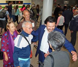 Antonio Rodríguez Miranda saluda en el aeropuerto de Alvedro a algunos de los emigrantes llegados de Cuba a través del programa 'Reencontros na casa'.