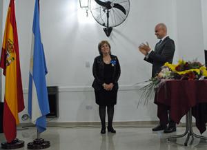 El cónsul Javier Benosa aplaude a María Teresa Puga tras imponerle la Medalla.