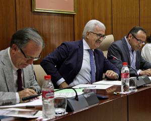Manuel Jiménez Barrios, segundo por la izquierda, durante su comparecencia.