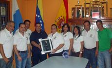 La presidenta de la Casa Canaria en nombre de todos los directivos recibe el obsequio que otorgó a la entidad el cónsul honorario.