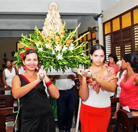 La imagen de la Virgen del Rocío entró en procesión.