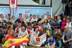 Los miembros de la Asociación de Coros y Danzas Revolvedera de Toledo.