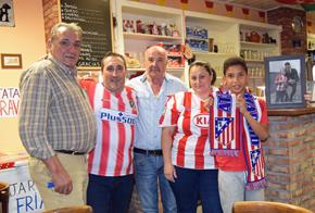 Manuel Carrasco en el centro, con los nuevos propietarios del Café Ster, Juan Carlos y María Jesús con varios amigos.