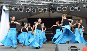 Las niñas del Peñarroya bailando durante la fiesta