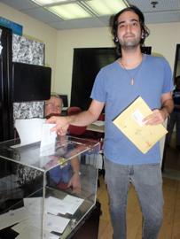 Uno de los electores que depositó el voto en la urna instalada en el Consulado de España en Caracas.