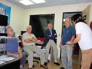 Al lado de la urna dialogan los testigos Antonio Fernández (CC), Felisindo Pérez y Antonio Álamo (PP), Serafín Pellón (PSOE) y Aymau Maussili (Unidos Podemos).