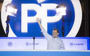 El candidato del PP y presidente del Gobierno en funciones, Mariano Rajoy, saluda a los afiliados y simpatizantes de su partido tras conocerse los resultados de las elecciones.