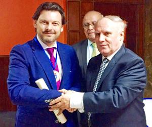 Rodríguez Miranda recogió de manos del presidente de la Hermandad, Manuel Fajín, el máximo galardón de la entidad.