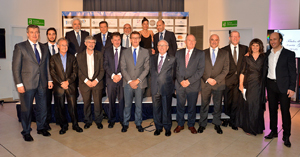 El presidente de la Xunta con los galardonados y los directivos de AEGA-CAT.